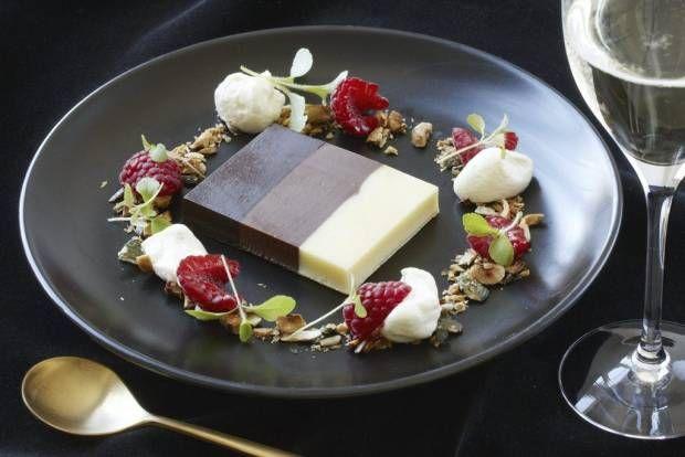 Randig chokladterrin med rostad krisp och vaniljkräm