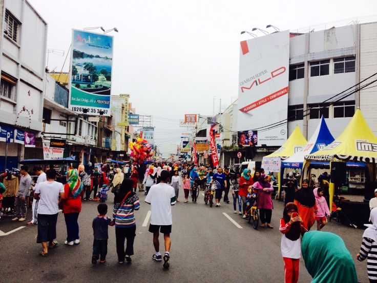 Despite the overcast and occasional drizzle, don't make lazy out and walk in CFD, Jalan HZ.