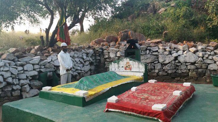 Shrine of Haji Rozbih  One of the earliest sufi saints to come to Delhi  http://t.co/NrdlxfZf7m http://t.co/TFYn6GaLXt #WhereStonesSpeak  My ode to Delhi's First City