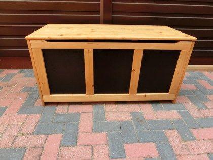Die Kiste habe ich verschenkt. Gebaut habe ich diese Auflagenbox aus Lärchenholz. In Verbindung mit der Xyladecor-Dickschicht-Lasur hält die Kiste über Jahre draußen. Als Vorlage hatte ich noch eine alte Kiste aus Teakholz. Auflagenkiste selber bauen Heute würde ich... #auflagenbox #festo #festool