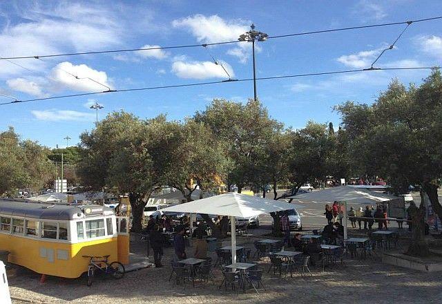 Estacionado em Belém, o novo Eléctrico Bananacafe transformou um dos símbolos de Lisboa em café-esplanada | Lisboa | Portugal | Escapadelas ®