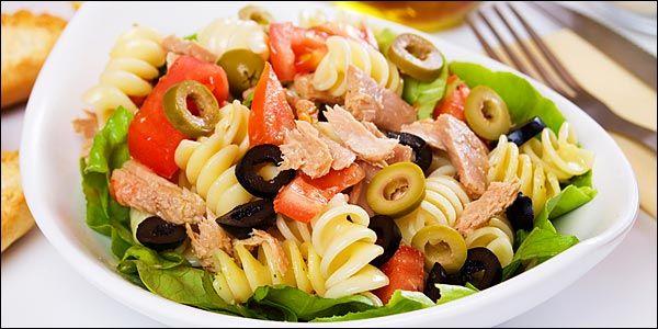 Μαγειρική | 5 σαλάτες για «κυρίως»: Με κοτόπουλο και παρμεζάνα, πράσινη σαλάτα με καραμελωμένο μοσχάρι, τονοσαλάτα με πατάτες, σαλάτα λάχανο με λουκάνικο Φρανκφούρτης, σαλάτα με ζυμαρικά