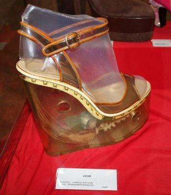 1958 yılının apartman topuk modasından devasa bir ayakkabı.O zamanlarda tüm kadınların ayaklarında bu ayakkabılardan görmek mümkündü.