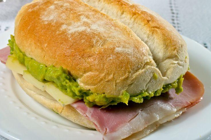 ¡Qué delicia! Prueba tus marraquetas HOME BAKERY de BredenMaster con palta, queso y jamón.