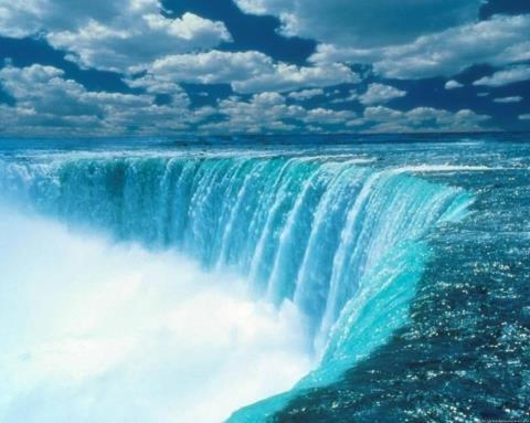 エリー湖からオンタリオ湖に流れるナイアガラ川にあり、カナダのオンタリオ州とアメリカのニューヨーク州とを分ける国境になっている。トロントから南南西に120km(75mi)、バッファローから北北東に27km(17mi)のナイアガラフォールズ市(オンタリオ州側、ニューヨーク州側)に位置する。滝は豊富な水力資源と景観の美しさで知られる。  537646_512506515450534_1429675243_n.jpg (480×383)