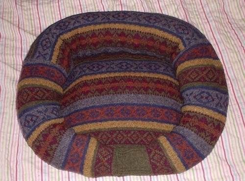 DIY Comfy Pet Bed from Old Sweater 9_1