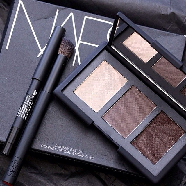 Up close look at my fave new kit, I absolutely love it, it's the NARSissist Smokey Eye Kit! <3 It's a great value for $59.00 The liner is actually a nice size, the brush is great, and shadows are super versatile for day and night and of course exceptional quality!