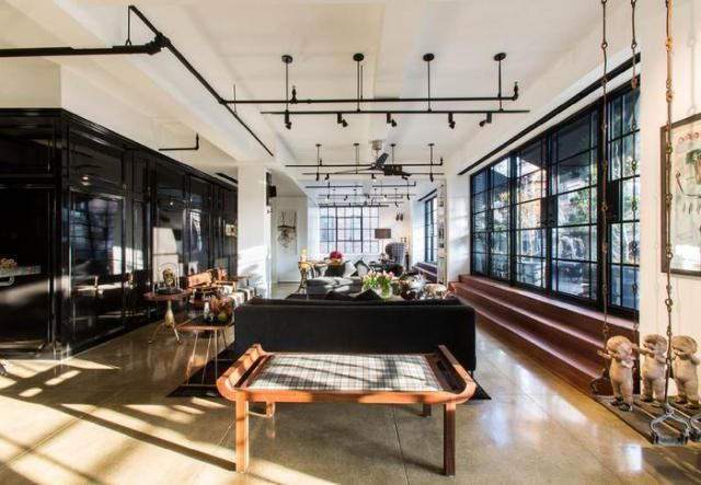 Este loft em Nova York é da época pré guerra e concebido como uma caixa misteriosa, com divisórias removíveise salas multifuncionais que maximizam a luz e o espaço.Entrando no apartamento diretam…