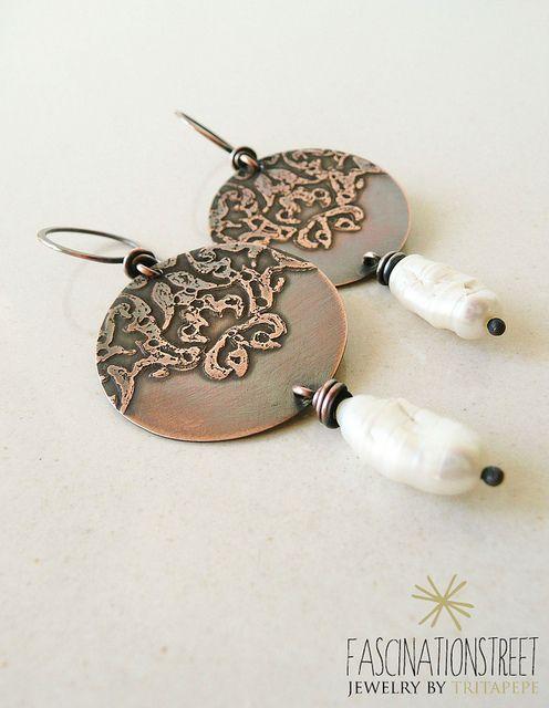 Fascinationstreet B-handmade: orecchini in rame con pizzo inciso ad acido e perle Biwa.
