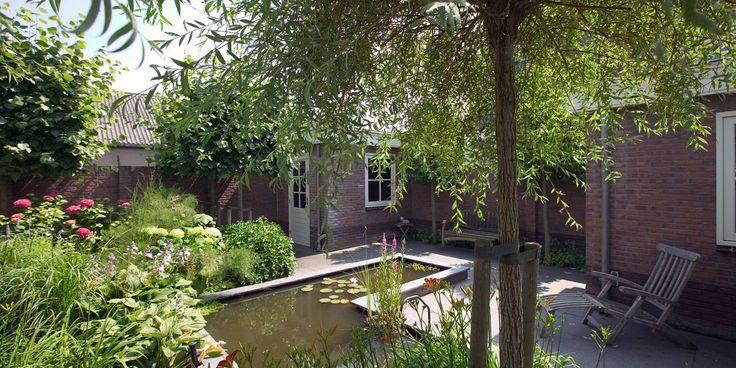 Een heerlijke romantische tuin vol met groen en kleurrijke bloemen. Een heerlijke tuin om in rond te lopen en om rustig in weg te dromen. Er valt van alles te zien, elk seizoen weer.