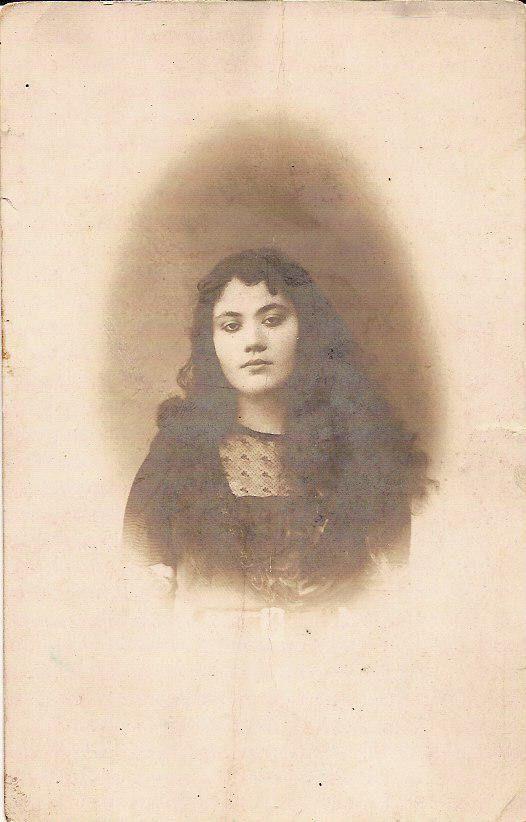 Neveser Kökdeş (d. 1904 İstanbul ya da Drama, ö. 1962 İstanbul), Türk besteci, güfteci, tanburidir. Notre Dame de Sion'da okudu. On altı yaşında Mehmet Ali Üsküdarlı ile evlendi. Evlikiklerinin ikinci yılında eşinin ölümüyle dul kaldı. 7 Temmuz 1962'de evinde kalp krizi geçirerek öldü.