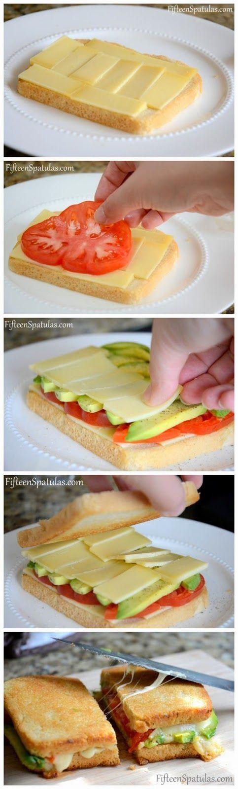 Sandwich de tomate, aguacate y queso