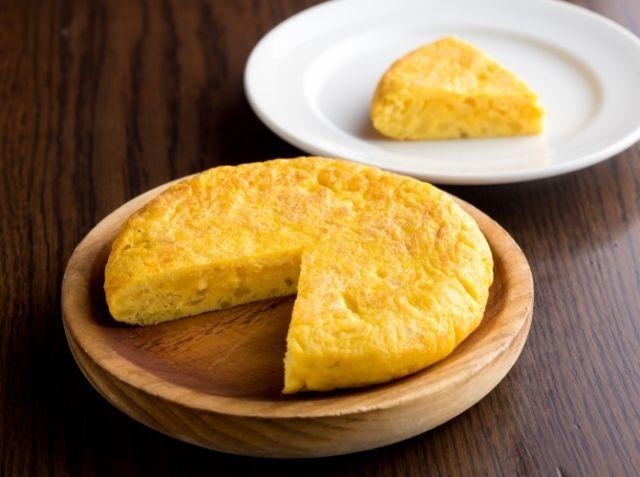 スペイン風オムレツ - 間渕 英樹シェフのレシピ。家庭でスペイン風オムレツ(トルティージャ)を失敗なく焼くには、パンケーキ用の小さめのフライパンがおすすめです。煙が立つまで油を熱したら、火からいったん外して弱火で焼き上げるという火加減が重要です。具が多いので、適当に焼いてもふんわりした食感が楽しめます。
