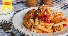 Ζυμαρικά με κεφτεδάκια και υπέροχη αρωματική σάλτσα ντομάτας από τον Άκη Πετρετζίκη. Ένα πλούσιο γεύμα για όλες τις ώρες και για όλη την οικογένεια!
