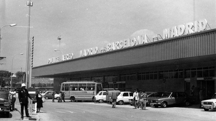 Puente Aéreo Madrid-Barcelona. El 04 de Noviembre de 1974, en España se realiza el primer vuelo del puente aéreo que une Barcelona y Madrid, un Boeing 727 circula por la pista del aeropuerto de Barajas.