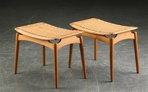 Desværre budt op i over 3.000. Ølholm møbelfabrik. Par skamler med 'svævende' sæde af massivt egetræ, sæder monteret med sjeneflet, H. 43 L. 54 B. 36 cm. Fremstår med brugsspor; enkelte mindre fletdefekter. (2)