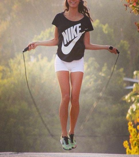 縄跳びの消費カロリーは、 30代、体重55kgの女性が1時間、なわとびをしたとすると 55(体重)x0.1532x60(分)x0.87(補正係数)=440kcal