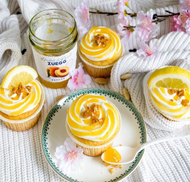 Per la base:1 uovo150g di zucchero semolatoLa scorza di un limone bio80ml di olio di semi250ml di yogurt magro150g di farina 00100g di farina di mandorle2 cucchiaini rasi di lievito per dolci½ cucchiaino di bicarbonatoPer il frosting:100g di mascarpone150g di yogurt greco intero150ml di panna da montare a base vegetale80g di zucchero a veloConfettura extra di peschePer decorare:fettine di limone o mandorle in lamelle, o pezzetti di croccante alla mandorla.PREPARAZIONE