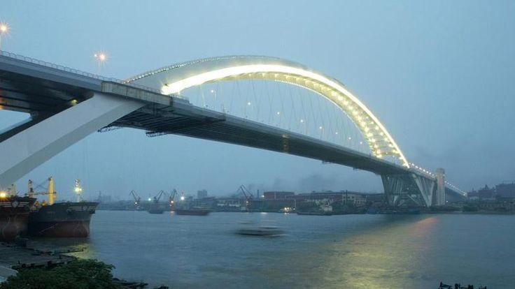 """Lupu-Brücke in ShanghaiNoch ein Weltrekordhalter: Das Bauwerk ist mit einer Bogenspannweite von 550 Metern die größte Bogenbrücke der Welt und überspannt den Huangpu. Dafür wurde sie 2008 mit dem """"Outstanding Structure Award"""" der Iabse ausgezeichnet. Die 2003 eröffnete Brücke ist insgesamt 3900 Meter lang. Quelle: dpa/dpaweb"""