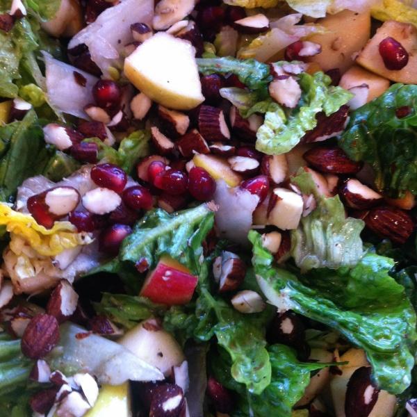 Salat med æbler og soyaristede mandler