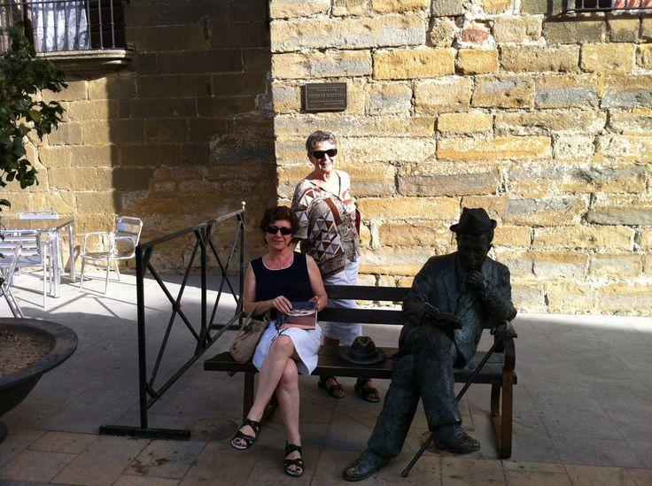 Verano, sol, lectura y buena compañia, justo al lado de Antonio Machado:-)