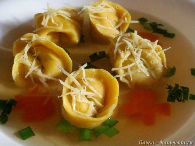 Вкуснейшее блюдо итальянской кухни. Тортеллини- это пельмени из пресного теста с мясом, сыром или овощами. Они могут стать как полноценным обедом, если подать их с бульоном, так и отличным ужином, особенно если подать к ним вкусный соус (например йогуртовый с травами). Мне больше всего нравится кушать тортеллини с бульончиком. Тесто для них%