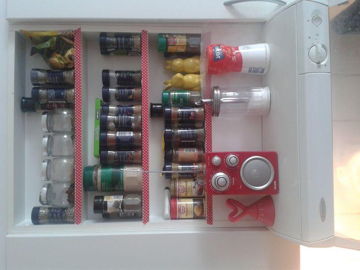 Kryddhyllan pyntad med washi-tejp och radio från Claes Olsson.