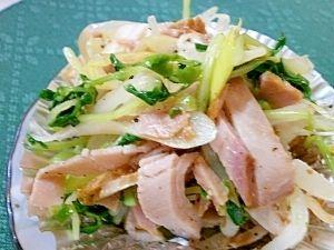 「ネギとモヤシのナムル チャーシュー入り」 塩味のさっぱりとしたナムルは、サラダ感覚で、モリモリ食べられます。。。お弁当にも入れています。。【楽天レシピ】 材料(5~8人分) モヤシ 1袋 豆苗(グリンピースのモヤシ) 1袋 ネギ 1~2本 チャーシューまたは、薄切りハム 200gくらい ゴマ油 大さじ3 黒コショウ 適量 塩 小さじ1~2 味の素 適量 作り方 1 モヤシは、水洗いして、レンジで固めにゆでて、水で流し、余熱をとる。 豆苗は、根の部分を切って、更に半分くらいの大きさに切り、モヤシと同様にする。 2 ネギは、薄い斜め切りにして、水にさらしてから、手で、バラバラになるようにして少しおき、ザルにあけておく。 3 チャーシューまたは、薄切りハムは、千切りにしておく。 4 ①と②は、布巾または、キッチンペーパーで、水けをよく絞っておく。 5 ボウルに、③と④を入れ、ごま油、コショウ、塩、味の素を入れて、菜箸でよく混ぜて、盛り付ければできあがり。。。 おいしくなるコツ…