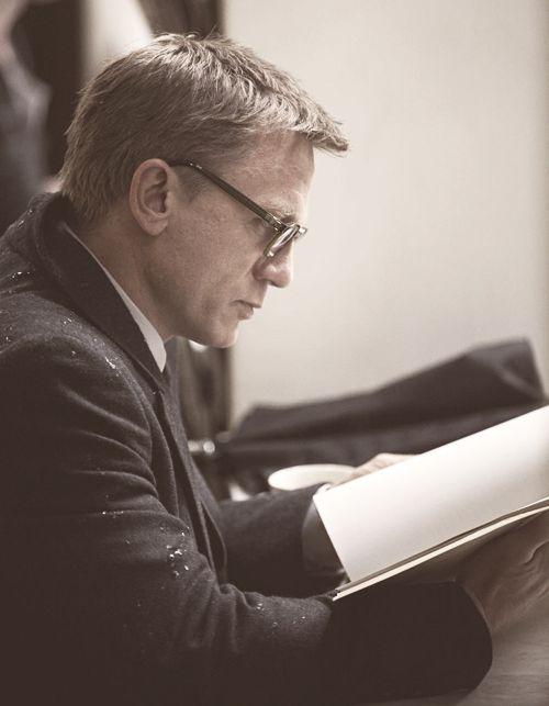 Daniel Craig reads.
