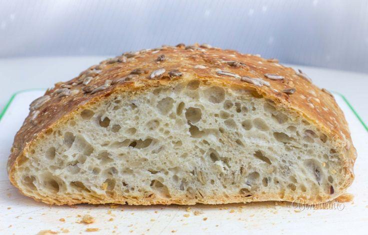 Hrnčekový chlieb pre začiatočníkov, alebo veľmi zaneprázdnených. Príprava zaberie len 5 minút, pečenie asi 50 minút. Môžete ho zamiesiť večer a ráno šup do rúry. Dá sa tiež pripraviť ráno pred odchodom do práce a upiecť po návrate. Tento chlieb má veľké oká v striedke a úžasne chrumkavú, tenkú kôrku. Najradšej ho mám hneď čerstvý, namáčaný do olivového oleja.