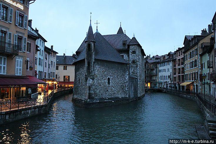 Дворец Иль — визитная карточка Анси (Анси, Франция)  Замок , как корабль рассекающий водную гладь смотрит на Вас,когда Вы стоите на мосту через реку Тиу.