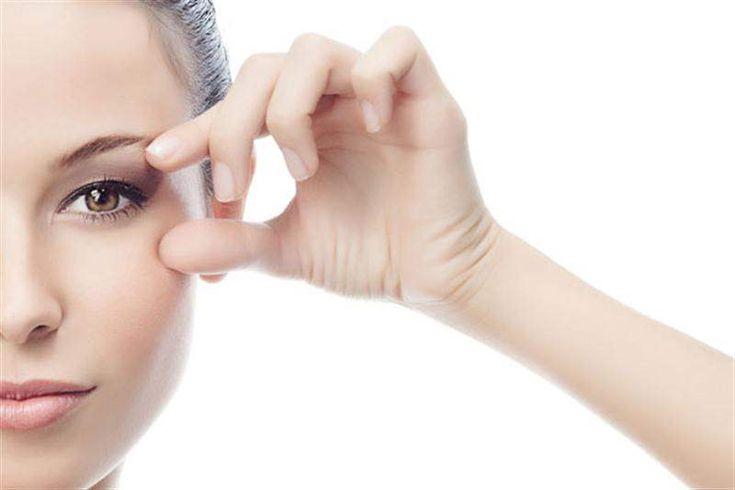 Göz çevrenizdeki kazayağı kırışıklıkları sizi rahatsız ediyorsa bunları yok etmek için doğal yöntemler uygulayabilirsiniz.