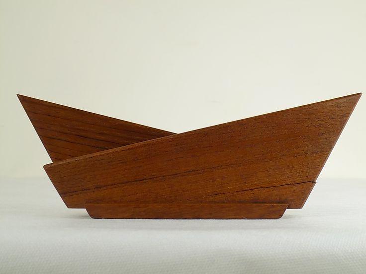 Duński serwetnik z drewna tekowego w minimalistycznej, geometrycznej formie. Z jednej strony widoczne na zdjęciu…