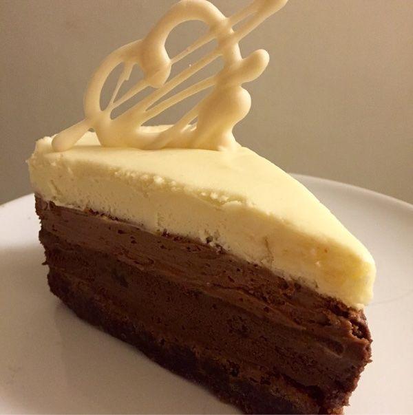 Nu är min nyårstårta näst intill färdig.  Det blir en trippel chokladmousse tårta på browniebotten.  Jag älskar choklad, och kände för att göra en moussetårta denna gången.   Mörk choklad, ljus choklad och vit choklad, chokladigt nog tror jag!