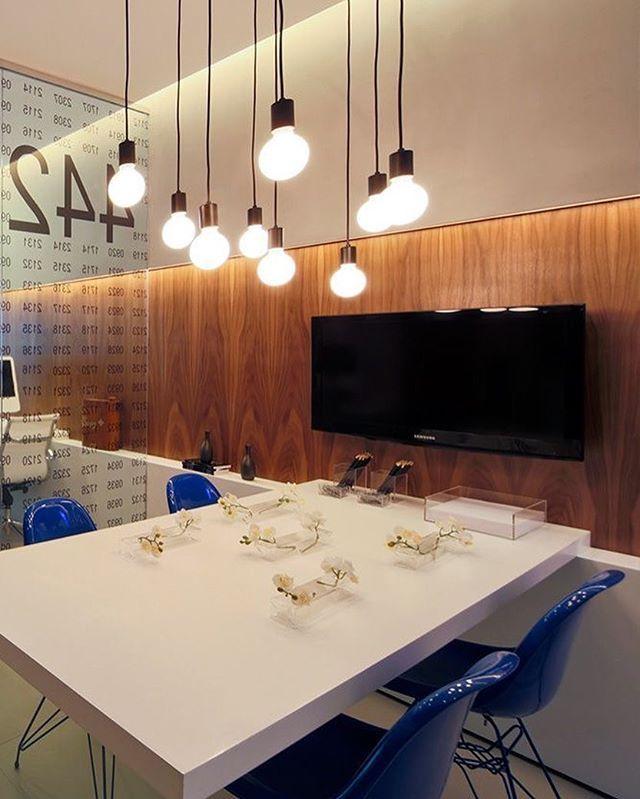 Ideia toooop para escritório, esse painel de madeira iluminada por fita de LED deixa tudo mais elegante 😍 Projeto: Fernanda Marques