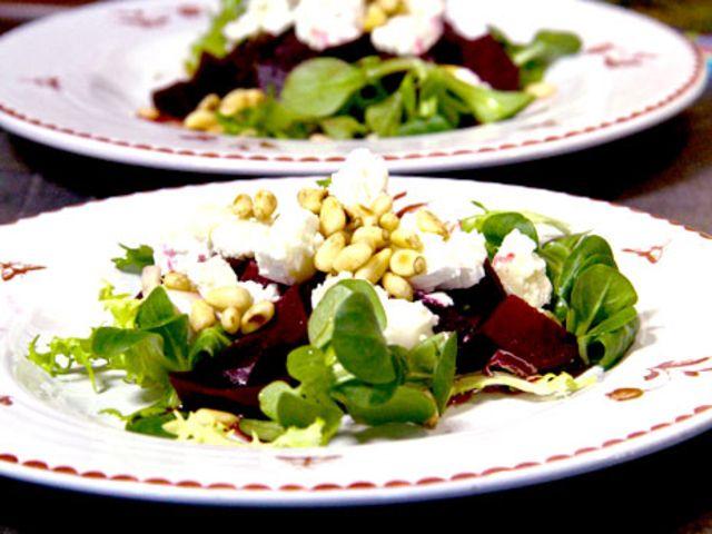 Rödbetor med rosmarinhonung, getost och pinjenötter (kock Gusse - Rättvik)
