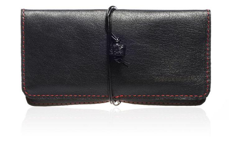 Portatabacco Lava - Linea Vesuvio nero con cuciture rosse e pietra lavica #handmade #rossodesiderio #portatabacco #tabacco #cartine #accendino #filtri #tasca #verapelle #leather #cuoio #madeinitaly #borsello #borsa #fattoamano #artigianato #artigianale #accessorio #custodia #astuccio #classico #vintage #casual #retro #gadget #elegante #fashion #design #style #tobaccopouch #pouch #quality