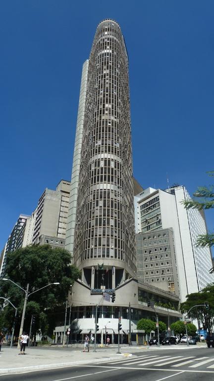 Edifício Itália - Considerado o segundo maior da cidade, foi inaugurado em 1965 na cidade de São Paulo. Com 165 metros de altura, sendo 150 metros a partir do chão, tornou-se um importante ponto turístico.