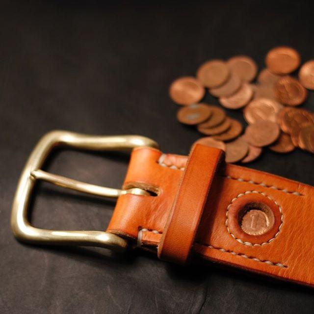 alexandervonbronewskimanufaktur:  Lucky Penny Belt - Glückspfennig Gürtel. A Pfennig from 1974 was sewn for good luck in this 45mm belt with a solid english brass buckle and 4,5 thick german briddle leather #luckypenny #glückspfennig #pfennig #talisman #talismanbelt  #pennybelt #pfenniggürtel #1974 #copperpenny #kupferpfennig #alexandervonbronewski #bridleleather #zaumzeugleder #germanbridle  (hier: Alexander von Bronewski Manufaktur)