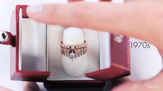 """""""Un diamante è per sempre"""". Una frase semplice, un messaggio diretto che dal 1947, quando la pubblicitaria Frances Gerety la coniò per il debutto di De Beers nel mercato delle gemme, evoca in modo inconfondibile gli anelli di fidanzamento. Eppure se il diamante è un must, a cambiare è stato il modo di incastonare e avvolgere la pietra. Il canale di moda Mode.com ripercorre l'evoluzione degli anelli di fidanzamento partendo dal classico solitario di inizio Novecento, incastonato in una…"""