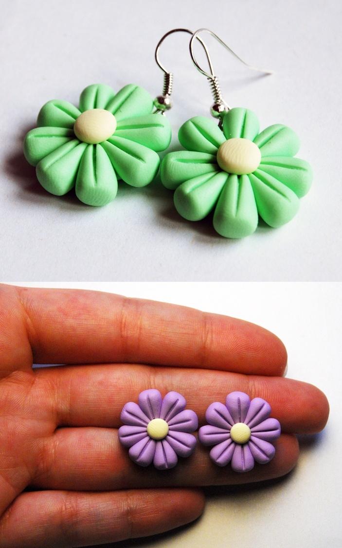 Orecchini a forma di fiori colorati // Colourful flower-shaped earrings by @Ilaria La Botteghilla Creazioni Fimo via it.dawanda.com