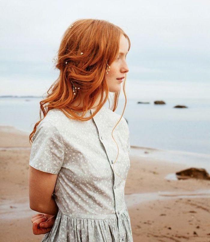 roux auburn, plage et mer, coupe de cheveux longs, coloration orange, coiffure cheveux mi attachés avec des fleurs