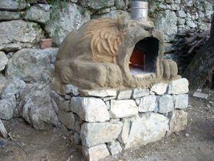 un leone caliente a guardia del tuo giardino