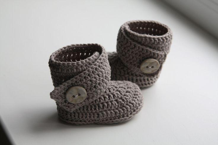 Dit is een patroon van gehaakte baby slofjes - laarzen {ugg}.  Mooie warme baby slofjes! Het werkt zeer snel omhoog!  Moeilijkheidsgraad: eenvoudig.  Maten: 0-6, 6-9, 9-12 maanden.  Materiaal: 100% merino platina. * 70 gr. - grijze kleur, 282 m. * Haak haak 3 mm, of grootte nodig te verkrijgen meten. * 2 knoppen. * draad en naald.  ALLE MIJN PATRONEN ZIJN GESCHREVEN IN STANDAARD AMERIKAANSE VOORWAARDEN! Voor uw gemak zijn er stap voor stap beschrijving en veel fotos. U kunt altijd contact…