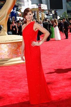 Дебра мессинг в красном платье