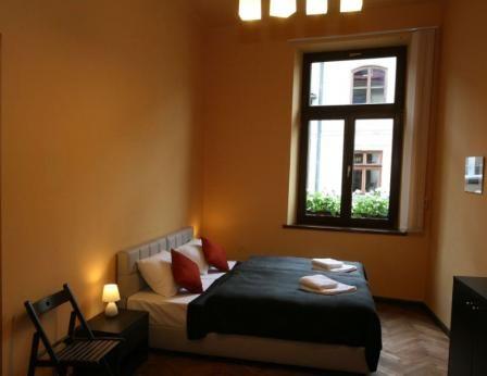 El apartamento moderno con dos dormitiorios está localizado en la primera planta del edificio en la calle Sławkowska, cerca 50 metros del casco antiguo.