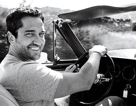 I love this photo of Gerard Butler... One just has to smile back :-) That boyish, rogueish, mischievous and happy smile... :-) Makes me happy :-)