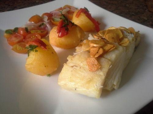 Bacalhau grelhado e batatas salteadas com pimentos e salada. Grilled cod and sautéed potatoes with bellpeppers and salad.