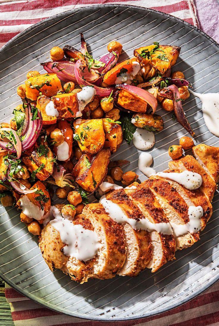 Würziges Ofen-Harissa-Hähnchen mit Süßkartoffel-Kichererbsen-Gemüse und Knoblauchjoghurt