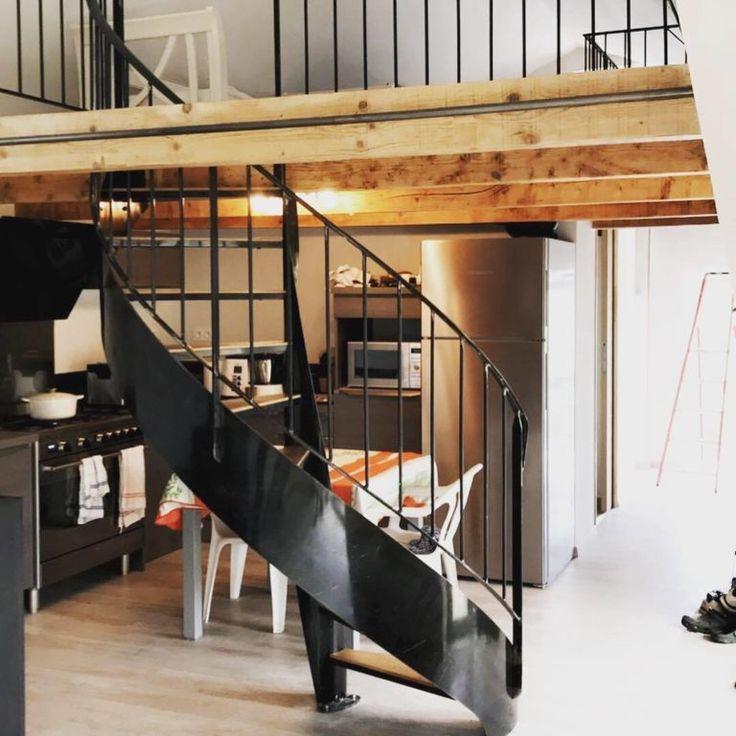 Escalier métal hélicoïdal et ses marches en bois (chêne ...